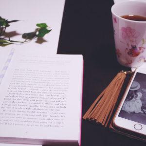 カフェで本を読みながら
